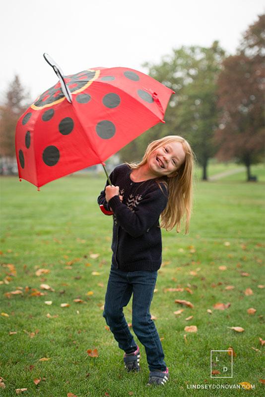 vancouver-family-photographer-Lindsey-Donovan-girl-with-umbrella